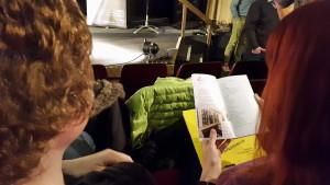 Zuschauer lesen im Dresdner Laufbuch