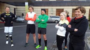 David, Achim und weitere Läufer stehen im Halbkreis vor dem Hotel